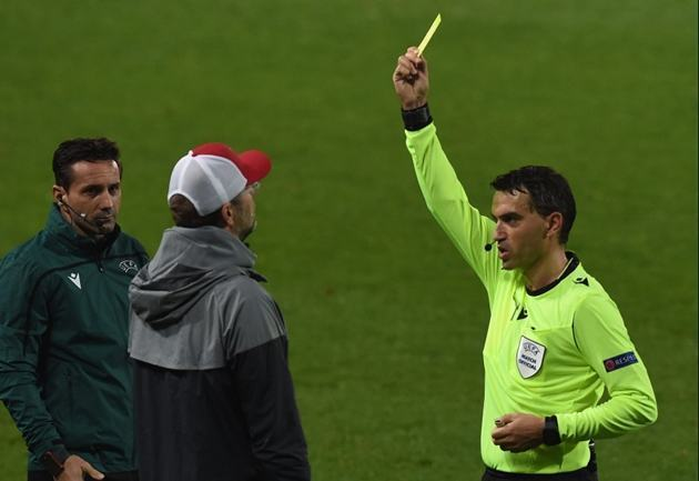 Jurgen Klopp given yellow card following protests at referee when Liverpool were 5-0 up in Champions League clash - Bóng Đá
